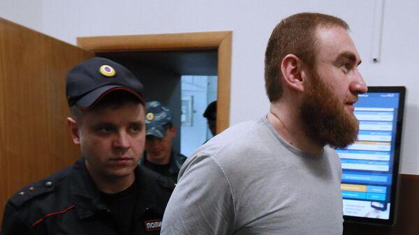 Бывший сенатор от Карачаево-Черкесии Рауф Арашуков после заседания Басманного суда города Москвы