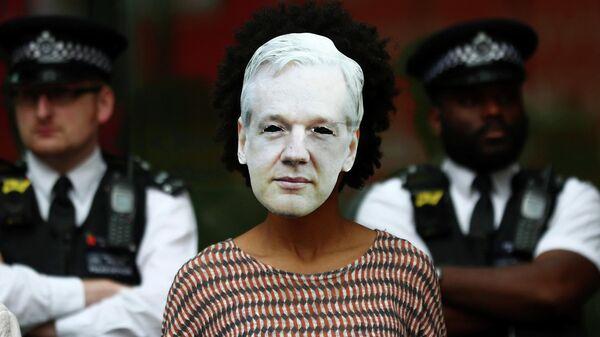 Участница акции в поддержку основателя организации WikiLeaks Джулиана Ассанжа в Лондоне