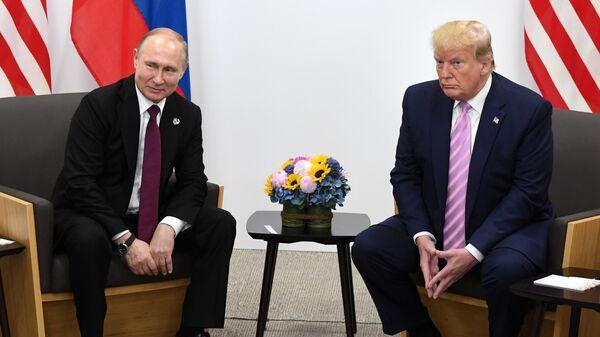 Президент РФ Владимир Путин и президент США Дональд Трамп во время встречи на полях саммита Группы двадцати в Осаке. 28 июня 2019