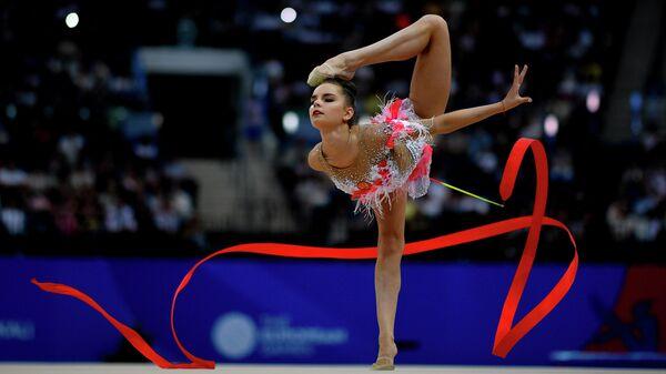 Дина Аверина выполняет упражнение с лентой в финале соревнований по художественной гимнастике на II Европейских играх в Минске