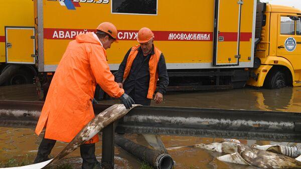 Сотрудник аварийной службы Мосводканал во время ликвидации последствий ливневых дождей в районе аэропорта Шереметьево
