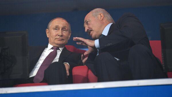 Владимир Путин и Александр Лукашенко (справа)