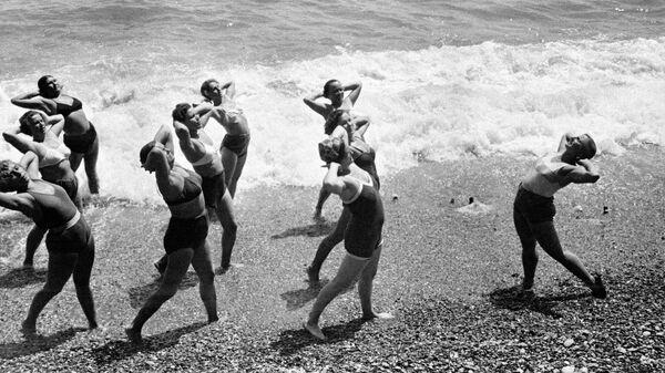 Утренняя зарядка на Черноморском побережье Крыма. Крымская область, РСФСР. 1 июля 1953 года