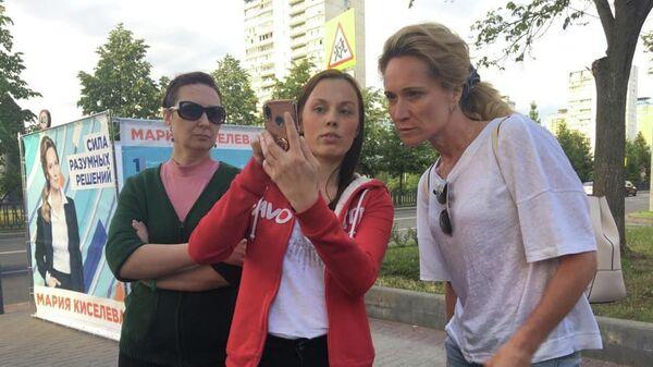 Мария Киселева общается с местными жителями во время сбора подписей у метро Строгино