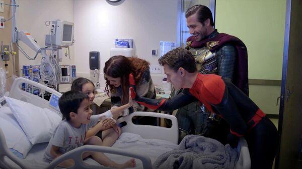 Том Холланд и Джейк Джилленхол во время визита в детскую больницу в Лос-Анджелесе