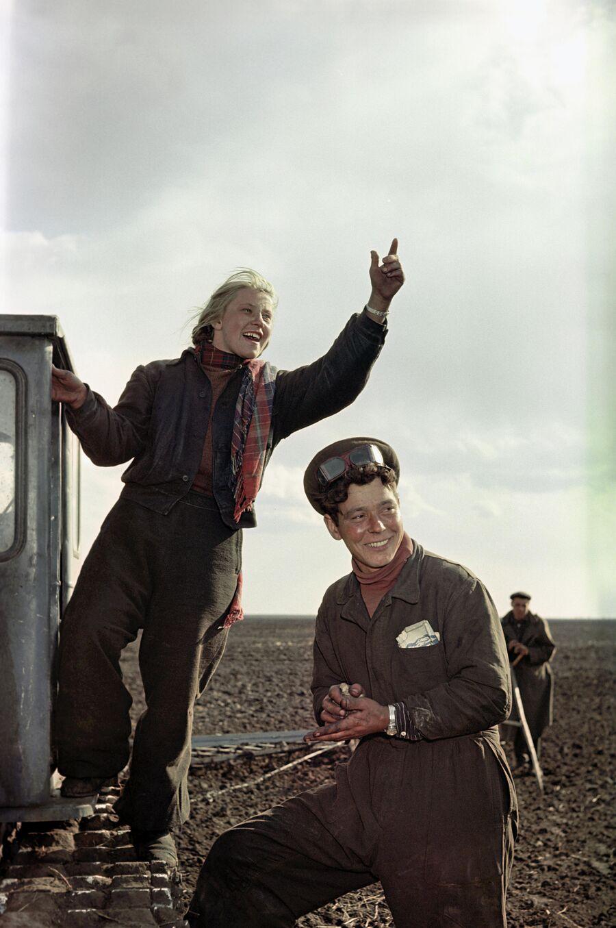 Целинный совхоз Урожайный. Молодые трактористы совхоза приветствуют своих коллег на соседнем поле