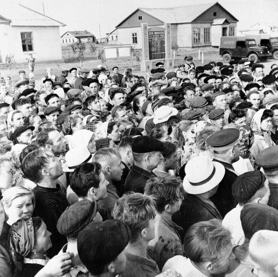 Жители целинного зерносовхоза Озерный слушают выступление Первого секретаря ЦК КПСС Никиты Сергеевича Хрущева