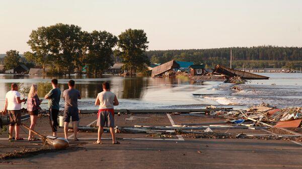 Затопленные дома и размытая дорога в городе Тулун в Иркутской области
