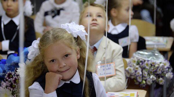 Первоклассники на уроке в День знаний