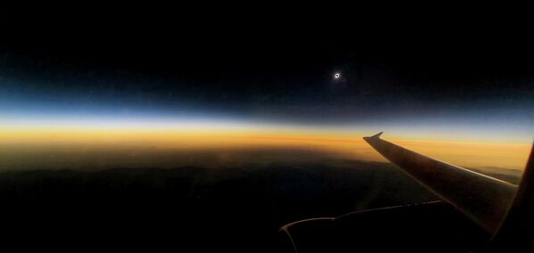 Полное солнечного затмения, наблюдаемое с борта самолета. 2 июля 2019 года