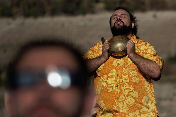 Мужчина наблюдает за солнечным затмением в Чили