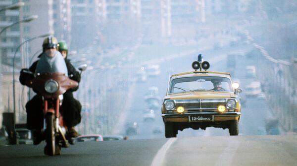 Автомобиль Государственной автомобильной инспекции на улице города