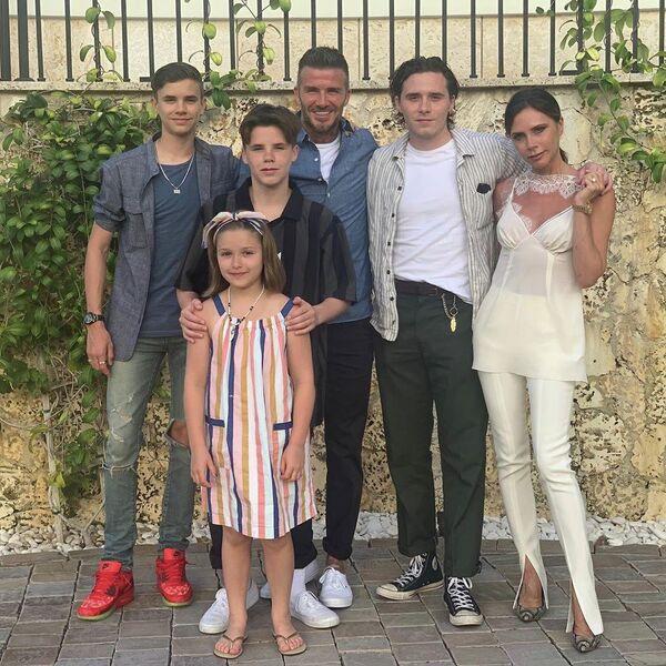 Дэвид и Виктория Бекхэм с семьей