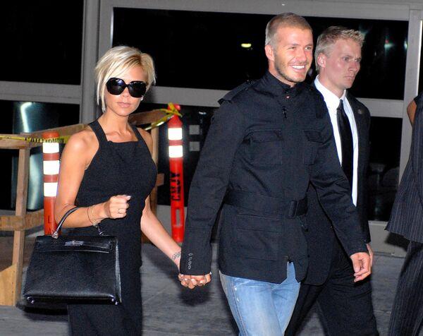 Дэвид и Виктория Бекхэм в аэропорту Лос-Анджелеса. 12 июля 2007