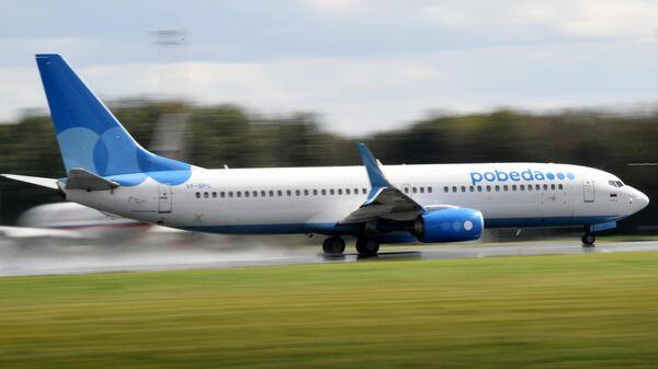 Cамолет Boeing 737-800 авиакомпании Pobeda на взлетно-посадочной полосе в аэропорту Внуково имени А. Н. Туполева