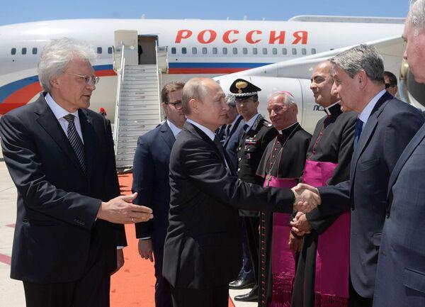 Президент РФ Владимир Путин во время встречи в аэропорту Фьюмичино города Рим