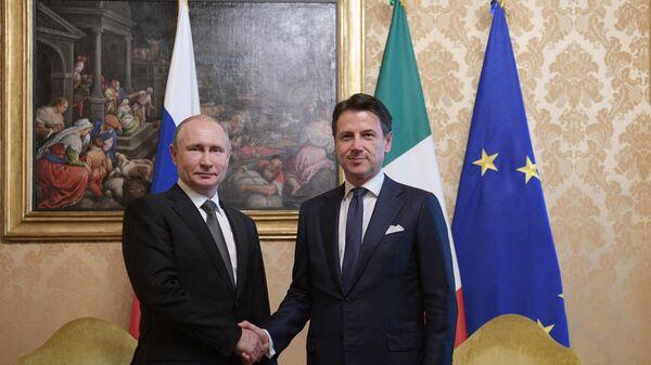 Президент РФ Владимир Путин и председатель Совета министров Италии Джузеппе Конте во время встречи во дворце Киджи в Риме. 4 июля 2019