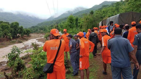 Индийские спасатели возле места прорыва дамбы Тиваре в западном индийском штате Махараштра. 3 июля 2019