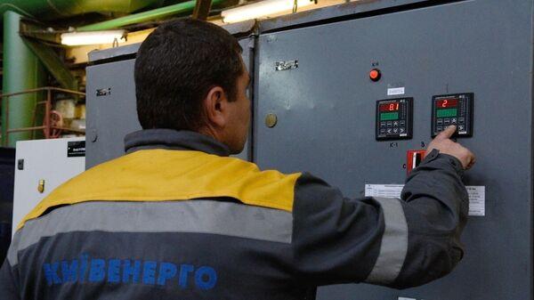 Сотрудник работает на теплоэлектроцентрали в Киеве
