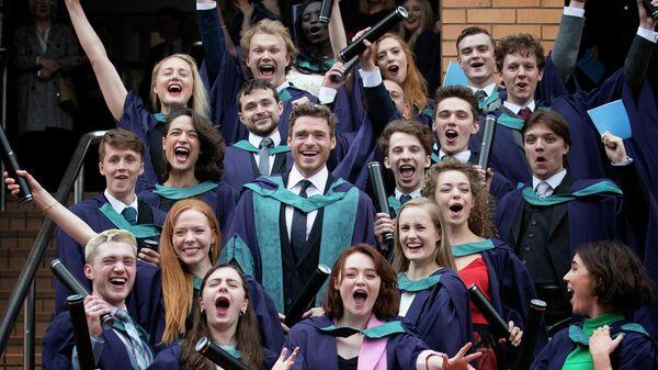 Звезда Игры престолов Ричард Мэдден (в центре) после получения почетной докторской степени в Королевской консерватории Шотландии в Глазго. 4 июля 2019