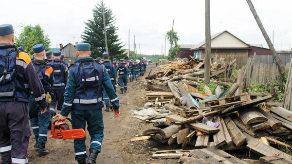 Сотрудники МЧС РФ разбирают завалы, возникшие в результате подтопления в Иркутской области. 6 июля 2019