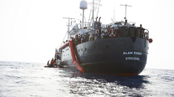Cудно Алан Курди во время операции по спасению 65 человек с резиновой лодки в международных водах у побережья Ливии