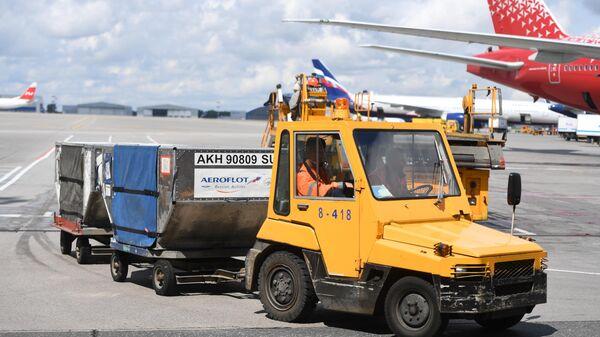 Тягач для доставки багажа на летном поле международного аэропорта Шереметьево в Москве. 8 июля 2019