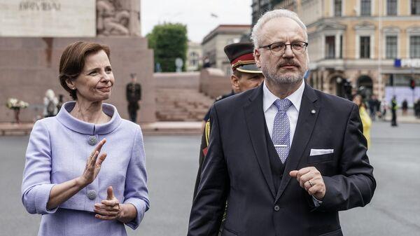 Президент Латвии Эгилс Левитс с супругой после возложения цветов к памятнику Свободы в день своей инаугурации. 8 июля 2019