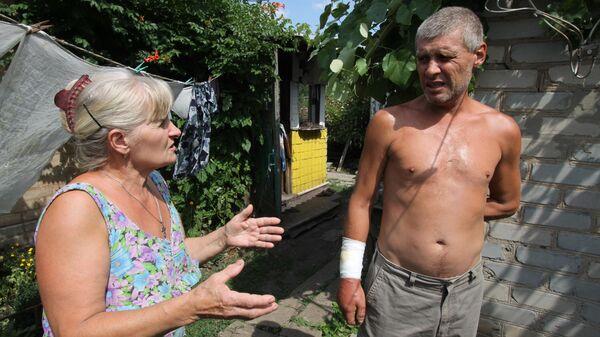 Справа: житель улицы Якуба Коласа в Горловке, раненный в руку во время обстрела. 8 июля 2019