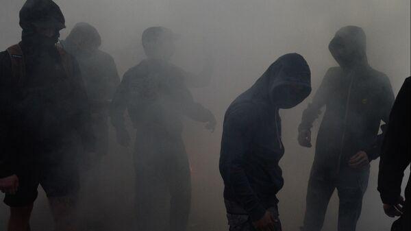 Участники акции протеста у офиса телеканала NewsOne против телемоста между российским каналом Россия 1 и украинским каналом NewsOne