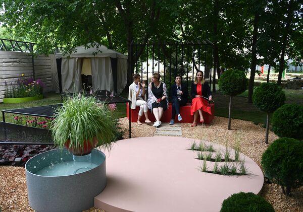 Девушки на VIII Московском Международном фестивале садов и цветов Moscow Flower Show в парке искусств Музеон