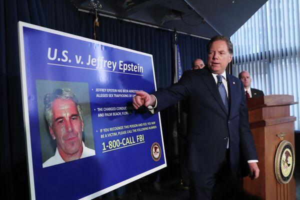 Джеффри Берман, прокурор Соединенных Штатов по южному округу Нью-Йорка, указывает на фотографию Джеффри Эпштейна