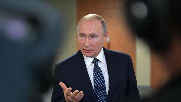 Президент РФ Владимир Путин общается с журналистами в рамках II Глобального саммита по производству и индустриализации GMIS-2019