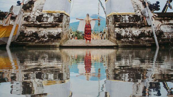 Девушка возле храма Пура Лухур Лемпуянг на Бали, Индонезия