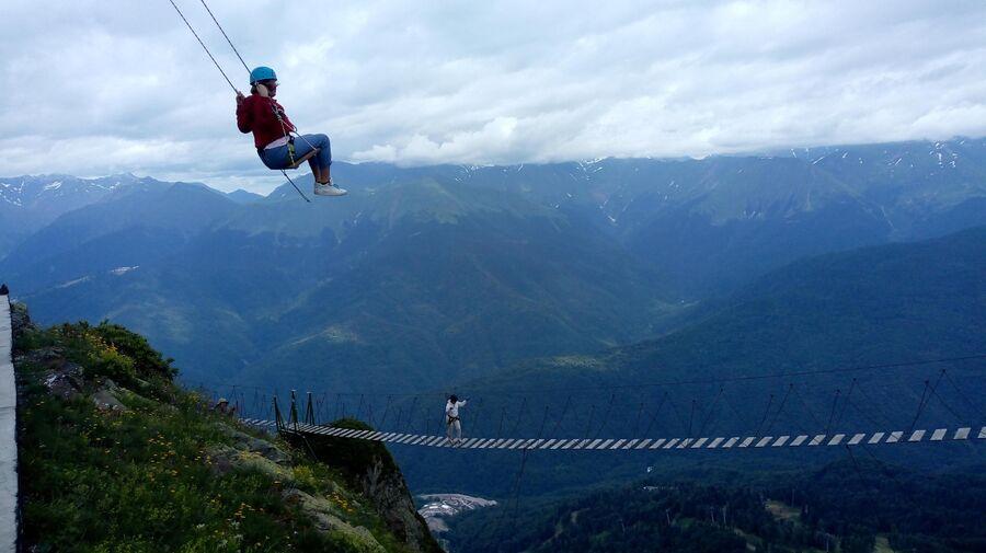 Высокогорные качели и мост над пропастью