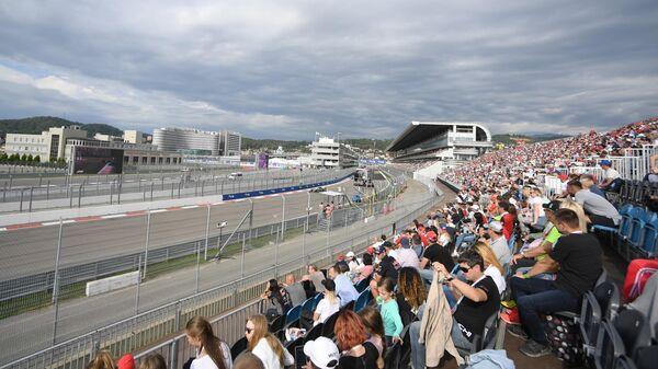 Вид на Главную трибуну и трибуну Т1 трассы Формулы-1 в Сочи