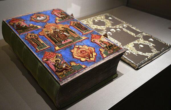 Евангелия Печатного двора 1644 года и оклад Евангелия на выставке Хранители времени. Реставрация в Музеях Московского Кремля