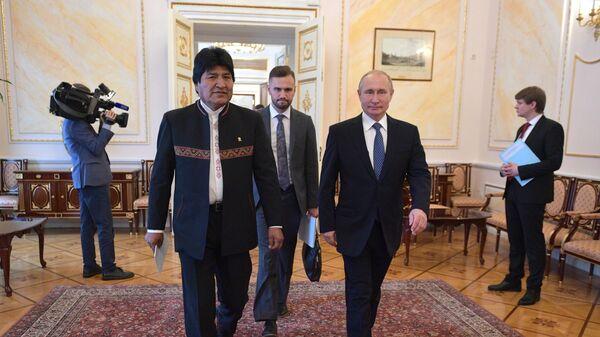 Президент РФ Владимир Путин и президент Боливии Эво Моралес перед церемонией подписания совместных документов