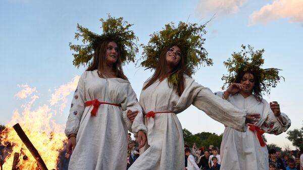 Девушки во время праздника Ивана Купалы на Украине