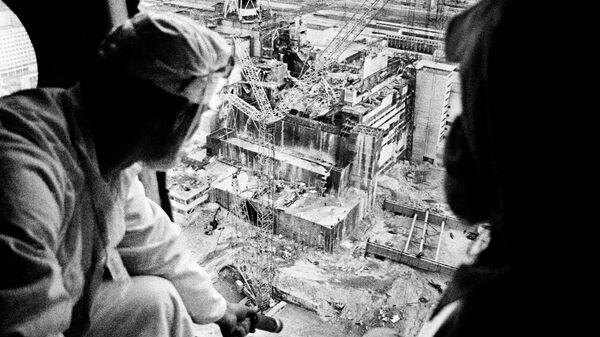 Дозиметристы с вертолетов составляют карту радиационной обстановки Чернобыльской АЭС