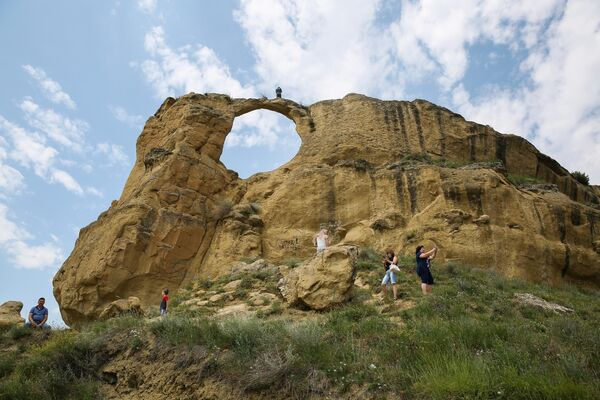 Туристы фотографируются около Кольцо-горы на окраине Кисловодска