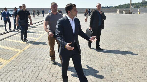 Президент Украины Владимир Зеленский во время посещения Одесского морского порта