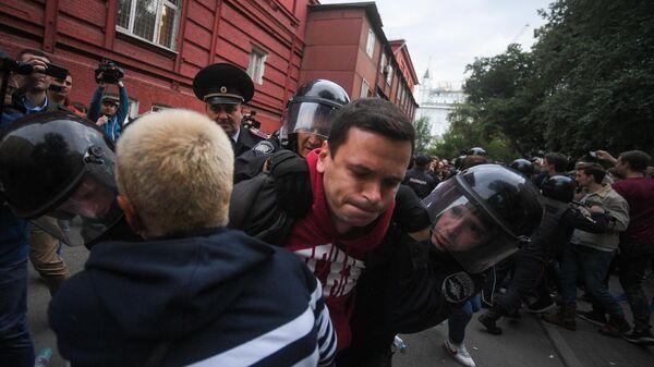 Илья Яшин на незаконной акции в субботу возле здания Мосгоризбиркома. 14 июля 2019