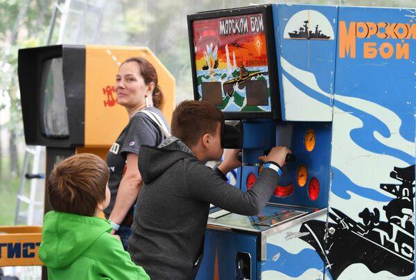 Дети у игровых автоматов на фестивале науки и технологий Geek Picnic 2019 Жить вечно/Immortality