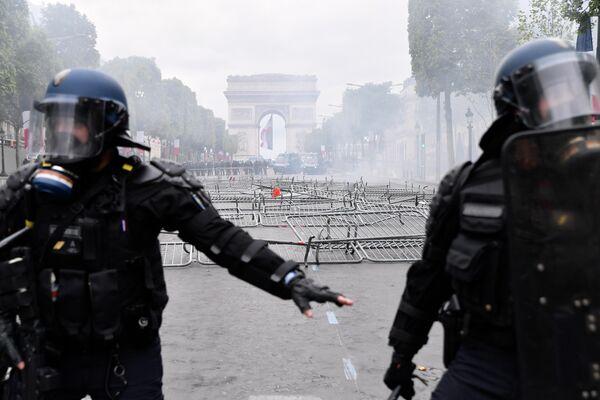 Сотрудники полиции во время беспорядков на Елисейских полях в Париже