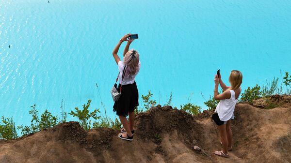 Девушки на берегу золоотвала Новосибирской ТЭЦ-5