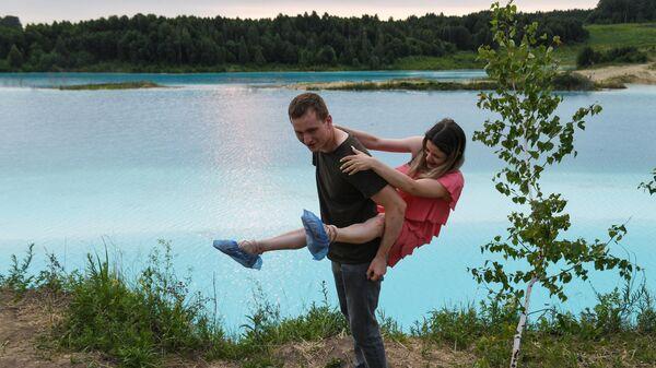 Молодые люди у золоотвала Новосибирской ТЭЦ-5