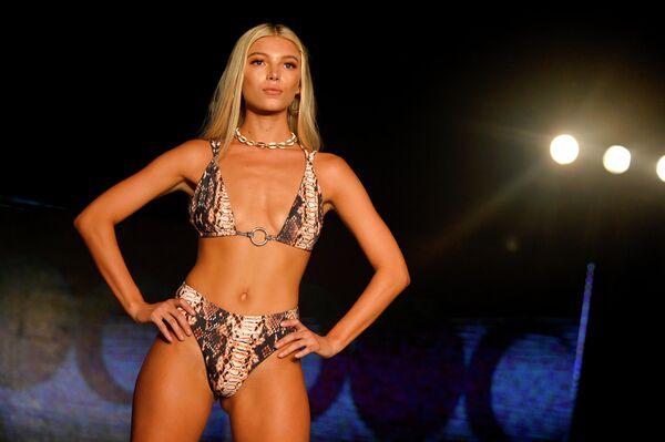 Модель на показе Diosa Mar на Неделе моды Miami Swim Week 2019
