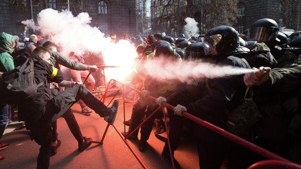 Столкновения между националистами и сотрудниками полиции возле здания администрации президента Украины в центре Киева