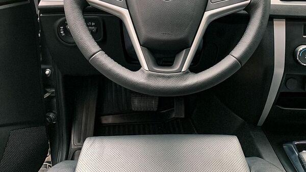 Салон автомобиля УАЗ Патриот с двумя педалями
